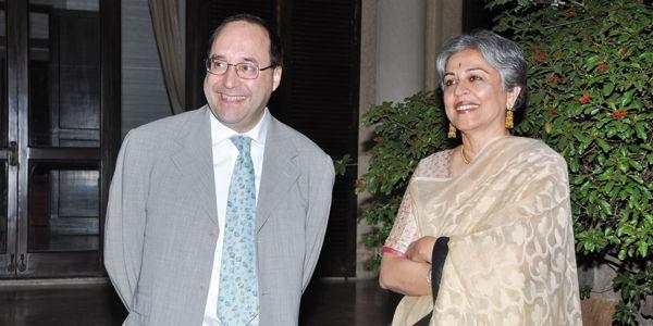 MATTEO VOLPE先生与BRINDA SOMAYA女士设计师在印度新德里晚宴活动中,意大利驻新德里大使官邸内留影。