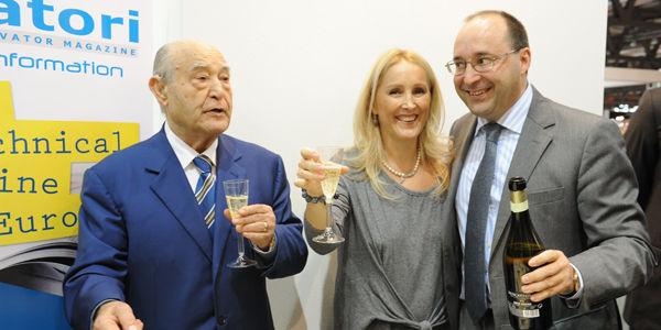 GIUSEPPE VOLPE与他的儿子和女儿MATTEO,MARIA举杯庆祝ELEVATORI杂志创刊40周年。