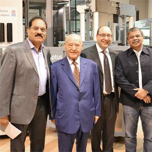 一些印度客户在IGV集团董事长及首席执行官的陪同下参观IGV展示厅。